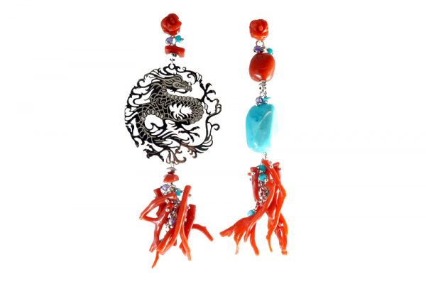 Orecchini spaiati con rami in corallo rosso, turchese e piastra drago in argento