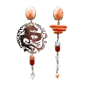 Orecchini spaiati con corallo rosa, piastra in argento con dragone lavorata a laser e topazio OR15919