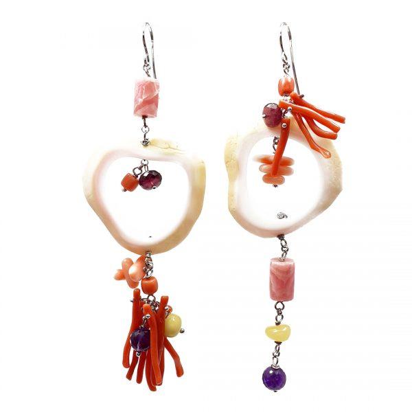 Orecchini spaiati lunghi con rami di corallo rosso, conchiglia, ambra, ametista e argento OR7819